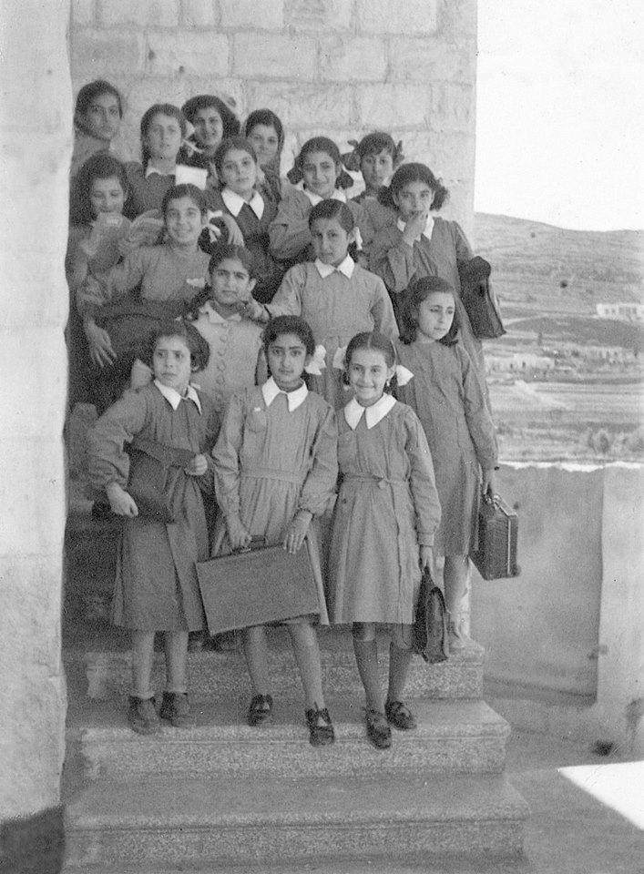 تلامذة مدرسة الزهراء- النبطية أواسط القرن العشرين