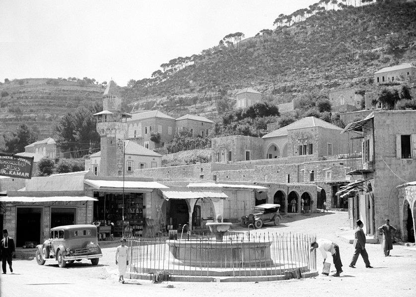 الساحة الرئيسية في بلدة دير القمر عشرينات القرن الماضي